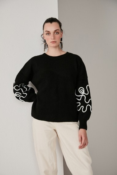 Oversized Knitted Sweater with Embroidery Long Sleeves in Black Colur