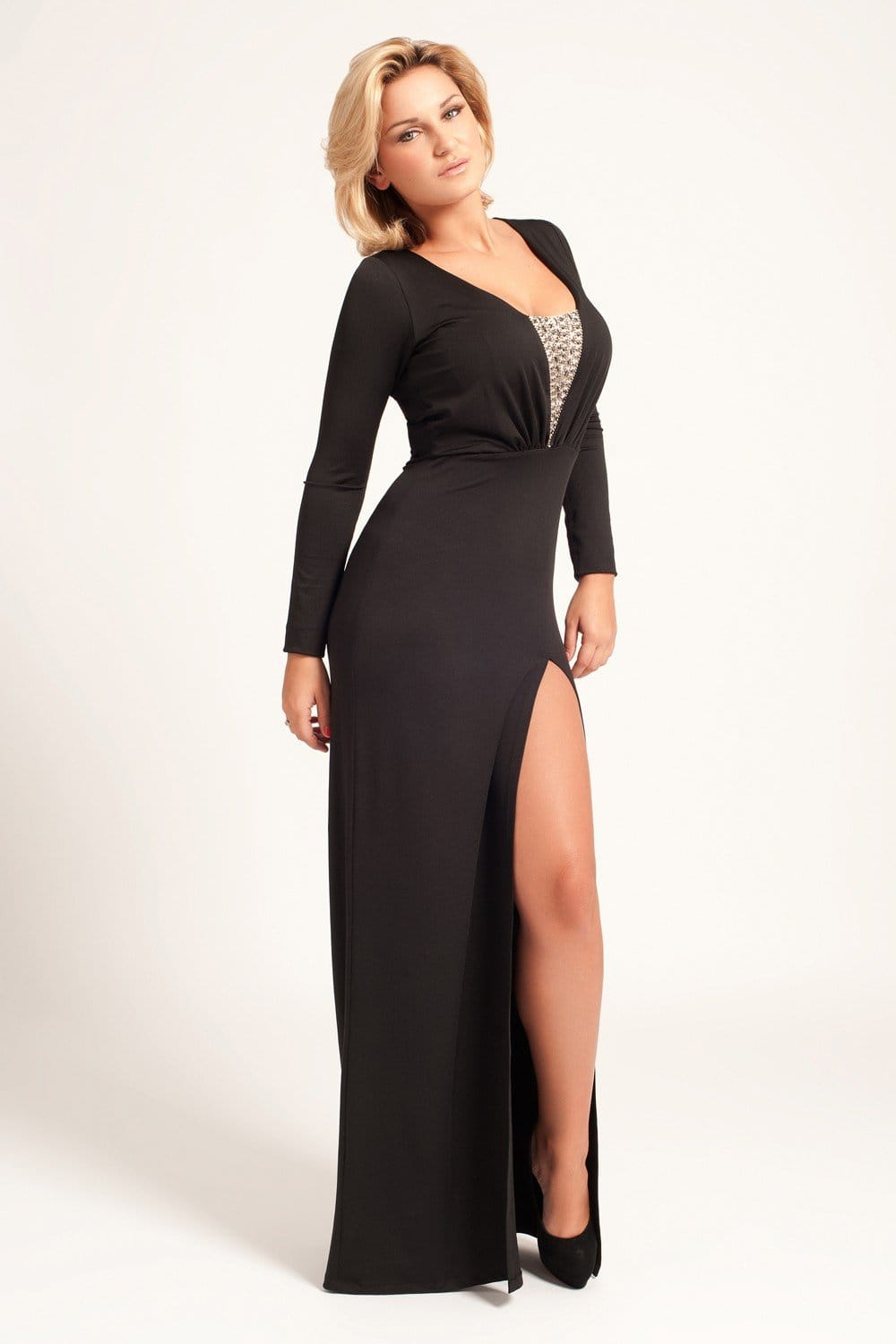 Women's Maxi and long dresses Elegant and ultra-flattering on any figure, the maxi dress is a go-to for relaxed vacation style. Paired with embellished flat sandals or matched with a statement clutch and platforms, a maxi dress can be worn by day or night.
